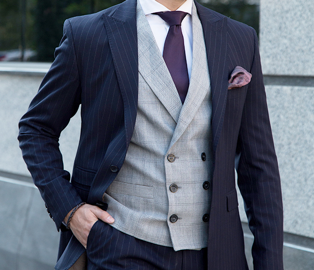紺色のダークスーツにグレーベストの組み合わせです。 ダークスーツ×グレーベストは結婚式王道のスタイル。
