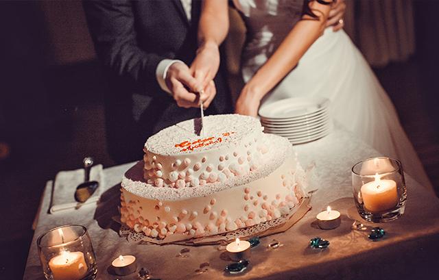 「ウェディングケーキ入刀です」 という司会者の声に合わせて、ふたりでケーキへナイフを入れる、定番の演出ですね。