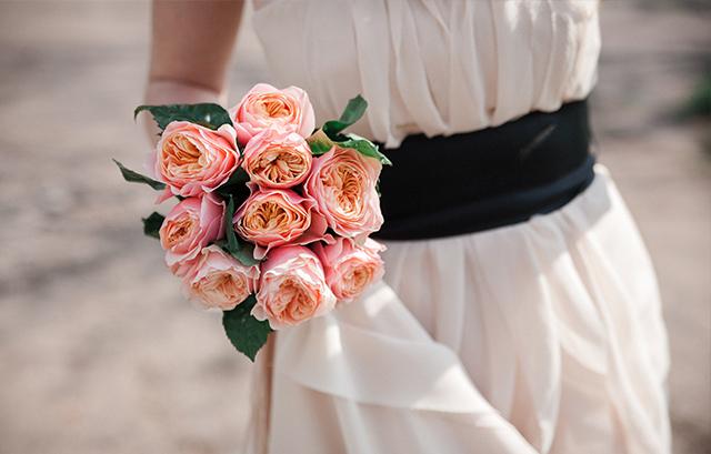 ダークカラーのサッシュベルトは、ドレス姿をキュッと引き締めてくれます。