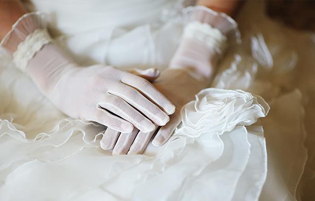 なぜ花嫁は結婚式でグローブをつけるようになったのでしょうか?