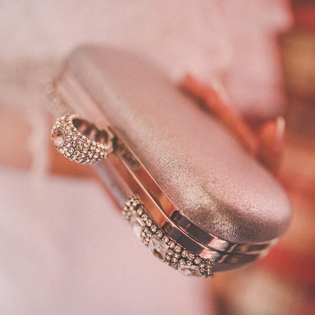 女性の結婚式カバンの定番!「クラッチバッグ」の選び方や