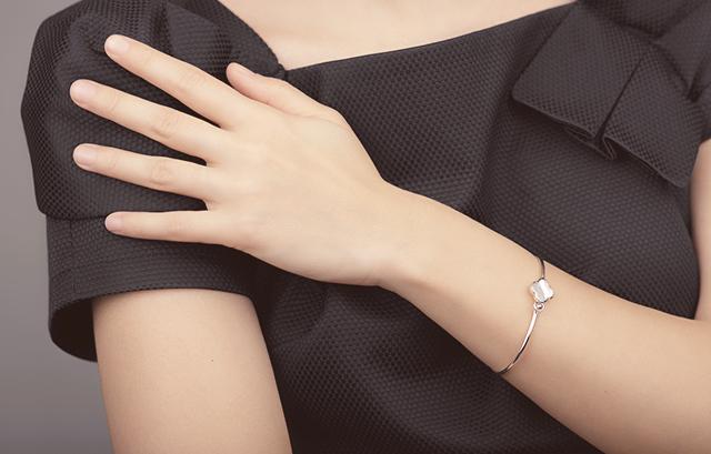 指輪に関しては、特にマナーはありません。 すごく大きくて華美なものでもない限り、コーディネートに合っていればOKです。