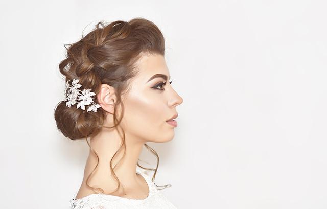 また、後ろの人の視界をさえぎってしまうような大きすぎる髪飾りは、気がつかないうちに迷惑がられていることも。