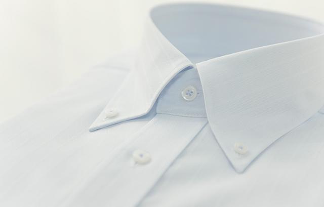 ボタンを使って襟先をシャツに固定するタイプの「ボタンダウンカラー」