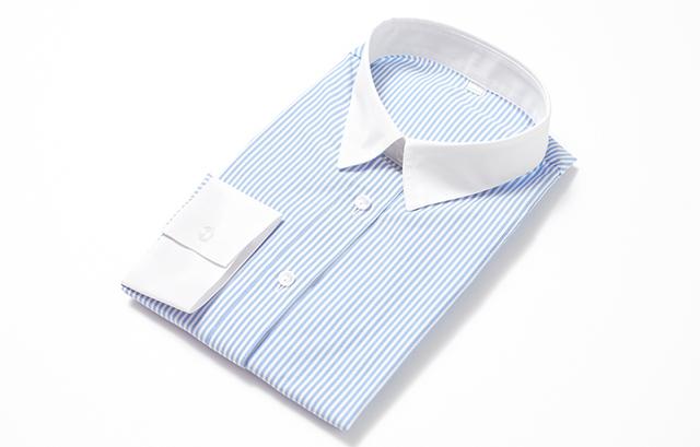 カラーシャツOKの結婚式や二次会なら、袖口や襟が白無地になっているタイプの「クレリックシャツ」もおすすめ。