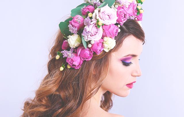 ゴージャスな雰囲気が欲しい花嫁は、色んな種類の花やグリーンを使った、ボリュームたっぷりの花冠がオススメです!