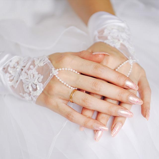 誰でも上品な指先に。シンプルなブライダルネイル特集! | 結婚